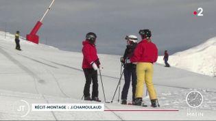 Des skieurs sur une piste de ski en Savoie, à Courchevel. (France 2)