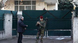 Un militaire en faction devant l'école juive de Marseille où un enseignant a été violemment agressé, le 11 janvier 2016. (JEAN-PAUL PELISSIER / REUTERS)