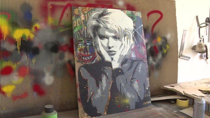 Eric Doisy a choisi la chanteuse anglaise Kim Wilde comme héroîne d'une de ses dernières toiles. (N. Haberer / France Télévisions)