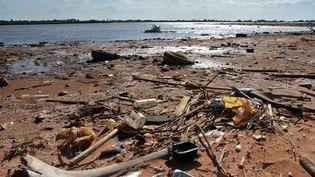 Des ordures laissées sur la rive de la rivière Paraguay, à Asunción, le 16 novembre 2019. (NORBERTO DUARTE / AFP)