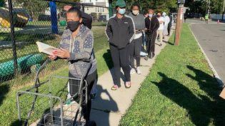 Des habitants font la queuepour récupérer des colis alimentaires à Montclair (New Jersey), le 8 octobre 2020. (RAPHAEL GODET / FRANCEINFO)