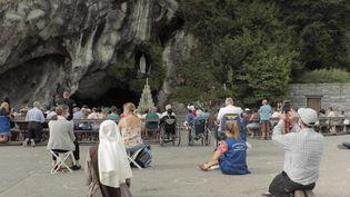 Week-end du 15 août : les croyants se rendent à nouveau en pèlerinage à Lourdes. (FRANCEINFO)
