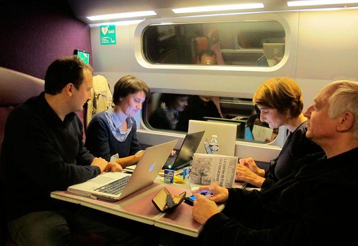 Nathalie Arthaud et son équipe, de gauche à droite Pierre, Camille et Daniel, dans le train du retour pour Paris, dimanche 6 novembre 2011. (Salomé Legrand / FTVi)