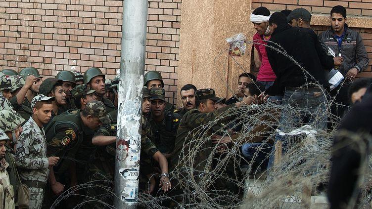 Le caier (Egypte) -Plus de 10 000 personnes s'étaient rassemblées en début de soirée aux abords du palais. Plusieurs chars de l'armée étaient stationnés à proximité mais les soldats n'ont fait aucun geste en direction des protestataires - vendredi 7 décembre 2012 (GIANLUIGI GUERCIA / AFP)