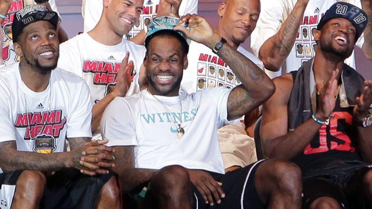 Haslem (à g), James et Wade tout sourire sous le maillot du Heat (ALEXANDER TAMARGO / GETTY IMAGES NORTH AMERICA)