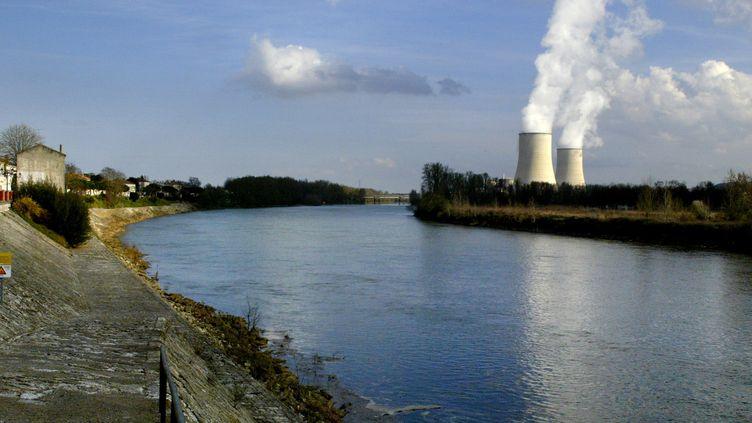 La centrale de Golfech en bord de Garonne. Photo prise deLamagistère (Tarn-et-Garonne), le 24 mars 2005. (ERIC CABANIS / AFP)