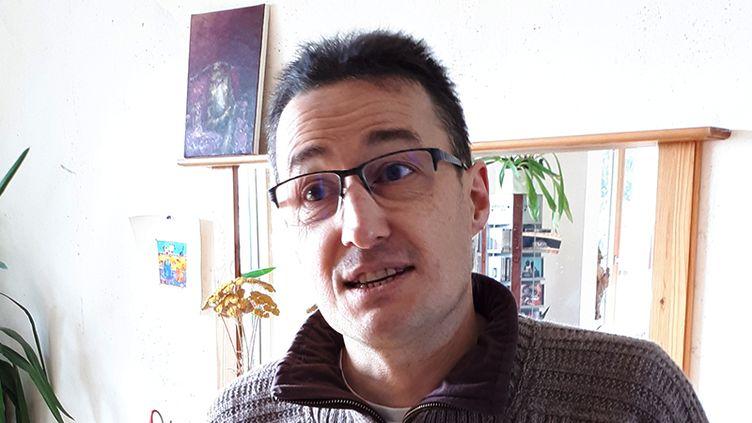 Thierry Brulavoine, porte-parole de La Maison commune de la décroissante, en février 2018, chez lui, dans le Morbihan. (BENJAMIN MATHIEU / FRANCEINFO)