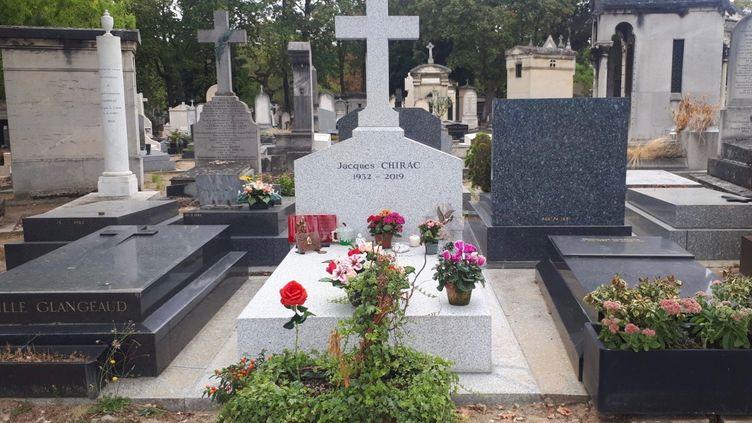 La tombe de l'ancien président de la République Jacques Chirac, au cimetière du Montparnasse dans le 14e arrondissement à Paris, septembre 2020. (FARIDA NOUAR / RADIO FRANCE)