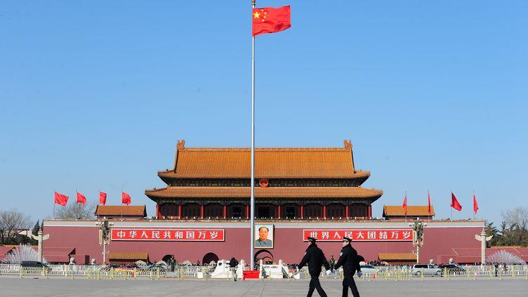 Des policiers patrouillent place Tiananmen, à Pékin (Chine), le 3 mars 2011. (FREDERIC J. BROWN / AFP)