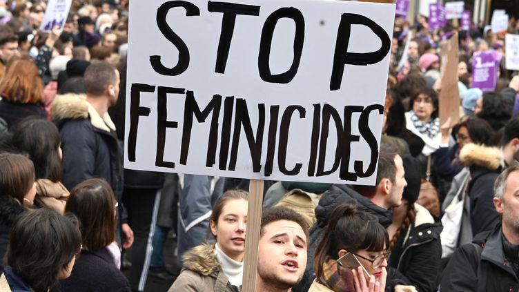 Manifestation lors de la journée internationale pour l'élimination des violences faites aux femmes, le 23 novembre 2019 à Paris. (DOMINIQUE FAGET / AFP)
