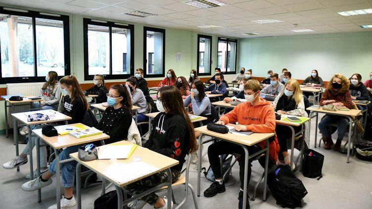 Une classe du lycée des Sardières à Bourg-en-Bresse (illustration, le 25 novembre 2020). (CATHERINE AULAZ / MAXPPP)