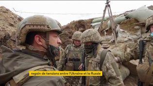 Leprésident ukrainien, VolodymyrZelensky,passe ses troupes en revue sur la ligne de front.  (France 2)