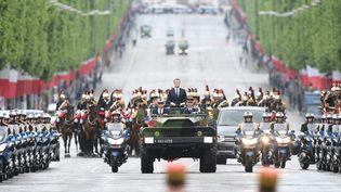 Emmanuel Macron descend les Champs Élysées (Paris) en voiture militaire, le 14 mai 2017. (ABD RABBO AMMAR / MAXPPP)