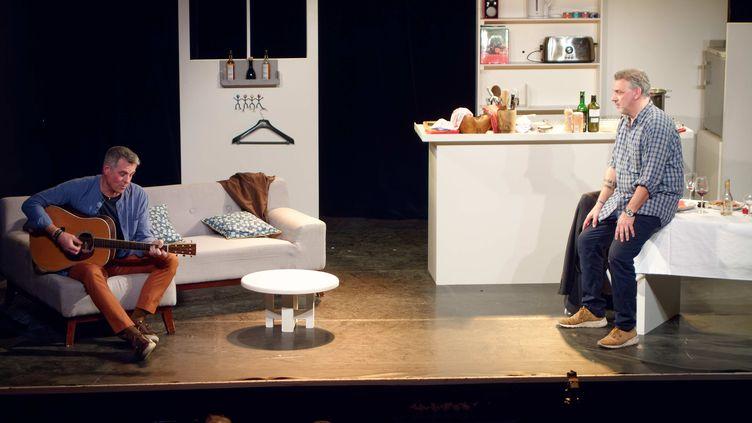 """Bruno Gaccio et Philippe Giangreco dans """"Les Pâtes à l'ail"""" deBruno Gaccio, Philippe Giangreco et Jean Carol Larrivé au Théâtre la Scène Parisienne. (Photo Aurore Vinot, décor : Emily Geirnaert)"""