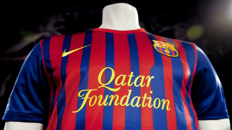 Le maillot du FC Barcelone, qui porte le logo de la Qatar Foundation, le 17 mai 2011. (JOSEP LAGO / AFP)