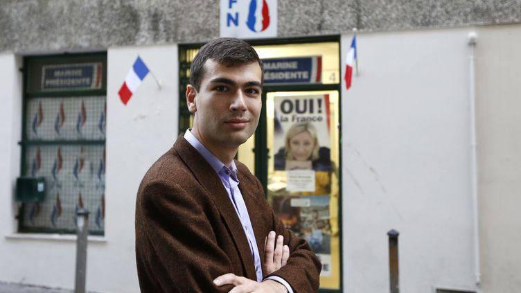 Gaël Nofri devant le siège du FN à Nice, le 26 novembre 2012, à une période où il affirme avoir été réménuéré par l'entreprise privée de l'expert-comptable du FN, alors qu'il travaillait pour le parti. (VALERY HACHE / AFP)