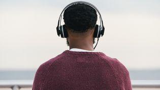 Plus de 60% des jeunes interrogés par l'InVS avouent ne jamais baisser le son dans leur casque pour se protéger les oreilles, même quand ils ont conscience des risques. (Photo d'illustration) (MATT DUTILE / AFP)