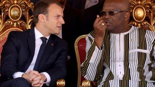 Le président français Emmanuel Macronet son homologue burkinabé Roch Kaboré, à Ouagadougou (Burkina Faso), le 29 novembre 2017. (LUDOVIC MARIN / AFP)