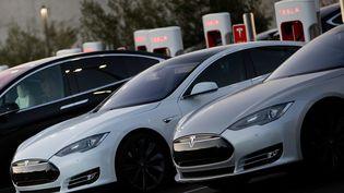 Des voitures Tesla sont en charge à San Diego (Californie), le 5 février 2018. (FRANK DUENZL / PICTURE ALLIANCE / AFP)