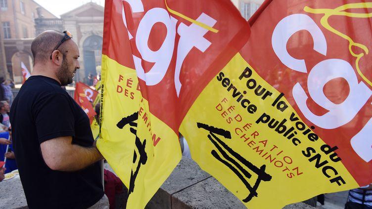 Un gréviste de la CGT-Cheminots, le 17 juin 2014 à Toulouse (Haute-Garonne). (ERIC CABANIS / AFP)