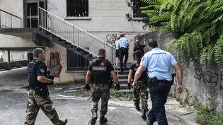 Des gendarmes participent aux recherches pour retrouverMaëlys, 9 ans, qui a disparu à Pont-de-Beauvoisin (Isère) dans la nuit du 26 au 27 août. (PHILIPPE DESMAZES / AFP)
