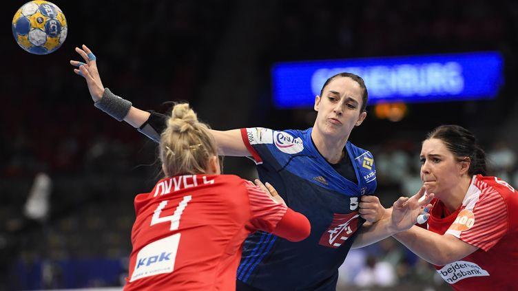 La handballeuse française Camille Ayglon (au centre) lors de la petite finale de l'Euro 2016 contre le Danemark, en Suède, dimanche 18 décembre. (JONATHAN NACKSTRAND / AFP)