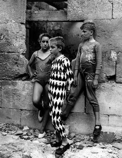 (Lucien Clergue - Saltimbanques, Arles 1954 © Clergue 2014)