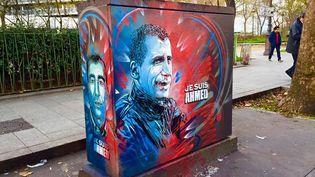 """L'artiste C215 a réalisé une fresque, le 4 janvier 2016, en hommage à Ahmed Merabet, policier assassiné par les frères Kouachi après la tuerie de """"Charlie Hebdo"""". (C215)"""