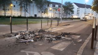 Des cendres encore fumantes, dans la matinée du vendredi 6 juillet 2018, sur l'île de Nantes (Loire-Atlantique). (ANTOINE DENÉCHÈRE / RADIO FRANCE)