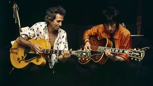 Keith Richards et Ron Wood des Rolling Stones dans les coulisses du Stade de France (Saint-Denis, Paris) en 1998. (CLAUDE GASSIAN)