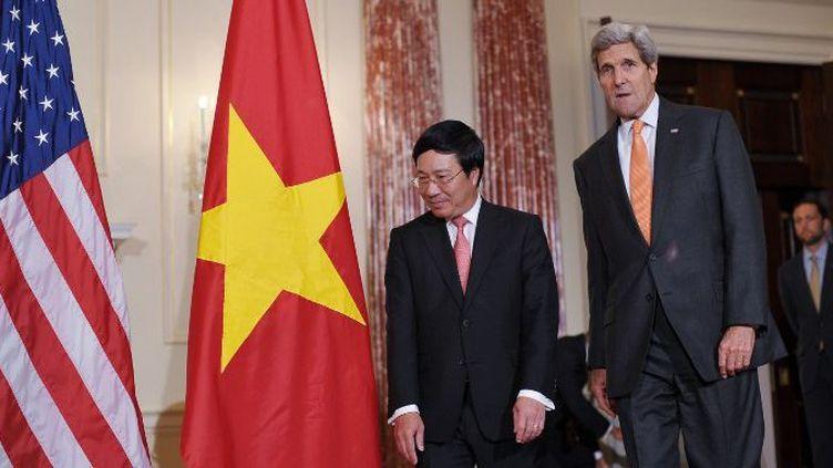 Le Secrétaire d'Etat américain John Kerry reçoit son homologue vietnamien Phan Binh Minh à Washington, dans le cadre de la négociation de ventes d'armes maritimes au Vietnam par les Etats-Unis. (MANDEL NGAN / AFP)