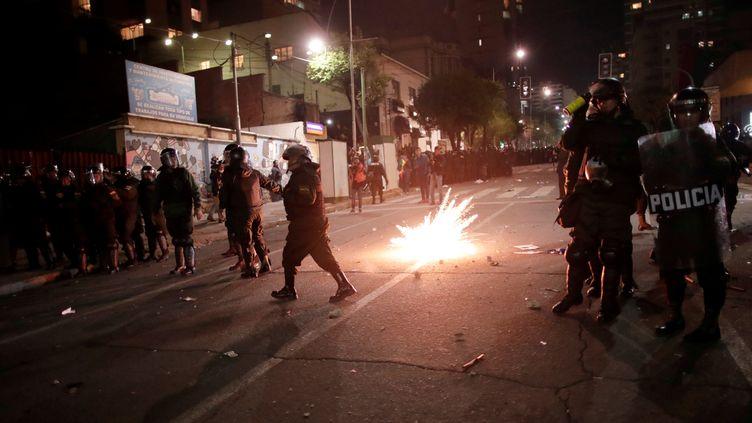 Des forces de l'ordre face à des partisans du candidat à la présidentielle Carlos Mesa, à La Paz (Bolivie), le 21 octobre 2019. (UESLEI MARCELINO / AFP)