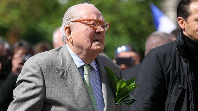 Jean-Marie Le Pen, le 1er mai 2018, lors de son traditionnel rassemblement en l'honneur de Jeanne d'Arc, place des Pyramides à Paris. (MICHEL STOUPAK / NURPHOTO / AFP)