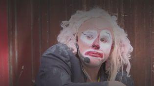 En raison de la crise sanitaire, les artistes rivalisent d'idées pour continuer à exercer leur métier.Dans le centre de Toulouse(Haute-Garonne), un comédien professionnel, dont le spectacle a été annulé, se produit quand même dans la rue. (France 3)