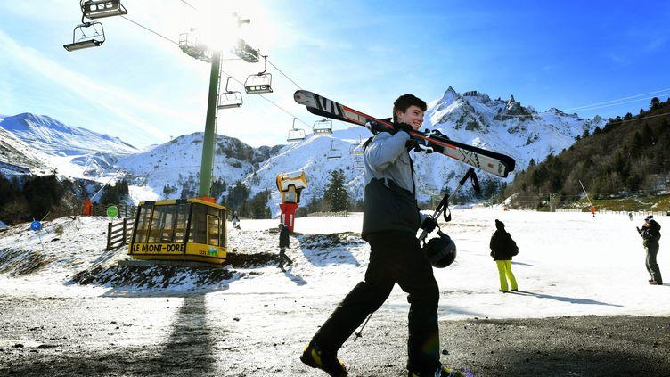 Des skieurs dans la station du Mont-Doré (Puy-de-Dôme), le 21 février 2020. (MAXPPP)
