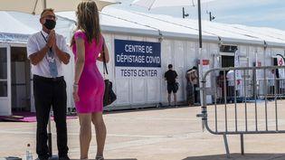Une femme arrive à un centre de dépistage Covid-19, le 7 juillet 2021 à Cannes (Alpes-Maritimes). (JOHN MACDOUGALL / AFP)