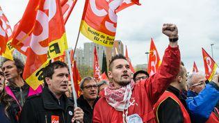 Des salariés d'Air France et des syndicalistes manifestent leur soutien aux employés de la compagnie aérienne poursuivis, devant le palais de justice de Bobigny (Seine-Saint-Denis) le 2 décembre 2015. (CITIZENSIDE/SAMUEL BOIVIN / CITIZENSIDE.COM)