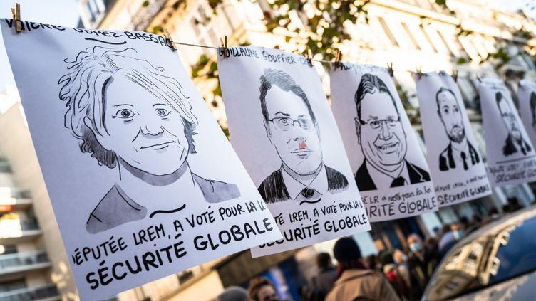 """Les portraits des """"députés de la honte"""" exposés sur la place de République (Paris) à l'occasion de la manifestation contre la loi """"sécurité globale"""", le 28 novembre 2020. (LAURE BOYER / HANS LUCAS / AFP)"""