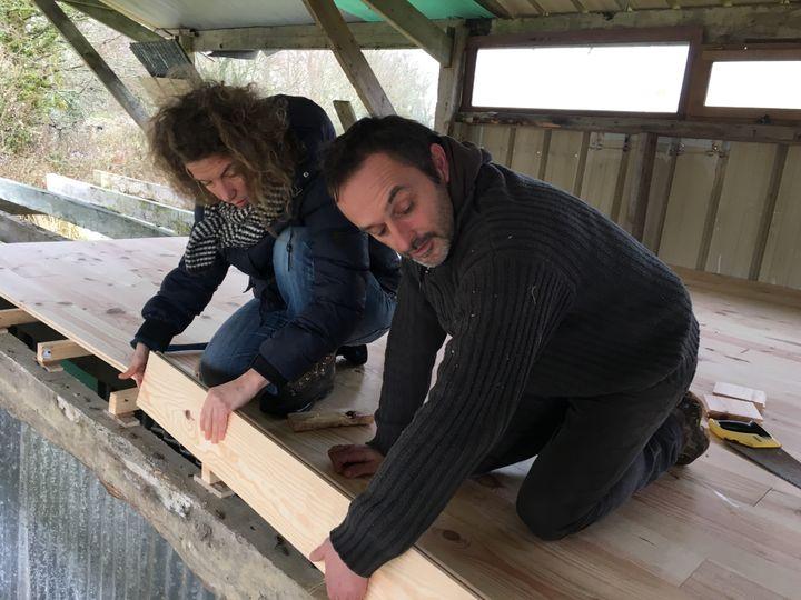 Virginie Philippe et Xavier Richard sur le chantier de construction du séchoir, le 28 mars 2018, dans la ZAD de Notre-Dame-des-Landes (Loire-Atlantique). (RAPHAEL GODET / FRANCEINFO)