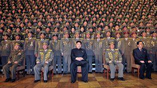 Kim Jong-un, le dirigeant nord-coréen (au centre), lors de la réunion nationale des chefs de la sécurité, à une date et dans un lieu non-identifiés, en Corée du Nord. (KCNA VIA KNS / AFP)