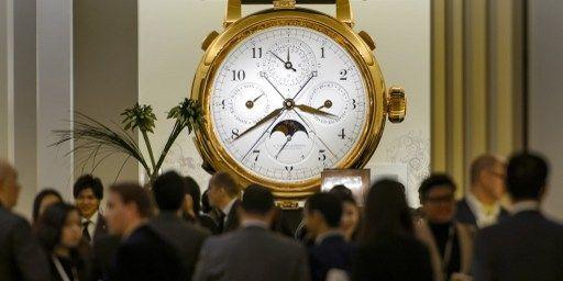 Présentation d'une «A. Lange & Soehne», marque du groupe suisse de luxe Richemont, lors de l'inauguration du «Salon International de la Haute Horlogerie» (SIHH) en janvier 2013 à Genève. (FABRICE COFFRINI)