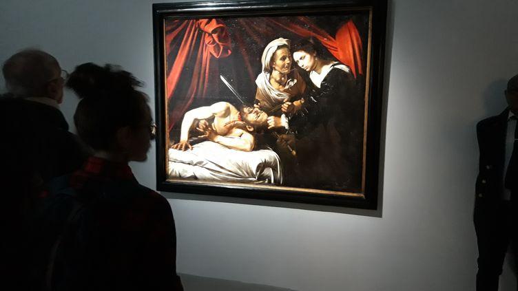 """""""Judith et Holopherne"""" (1607), attibuée au Caravage, toile trouvée dans un grenier de Toulouse en 2014, mise en vente le 24 juin par la maison Marc Labarbe, avec le cabinet d'expertise Turquin. Elle était ici exposée en mai 2019 à laGalerie Kamel Mennour, à Paris. (CÉLINE CAREZ / MAXPPP)"""