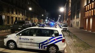 Une voiture de police sur le boulevard Emile Jacqmain, où un homme a attaqué un militaire belge, le 25 août 2017 à Bruxelles. (LAURIE DIEFFEMBACQ / BELGA MAG / AFP)