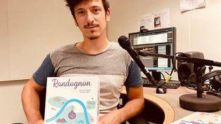 Retransmettre les sensations de la randonnée autour d'une table, c'est l'idée du premier jeu de société, Randognon, entièrement réalisé par Benjamin Roucayrol, ingénieur à la SNCF. (INGRID POHU / RADIO FRANCE)
