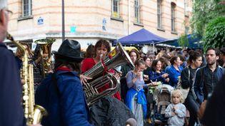 Une musicienne joue du tuba à Paris le 21 Juin 2020, jour de la Fête de la musique. (RAPHAEL KESSLER / HANS LUCAS)