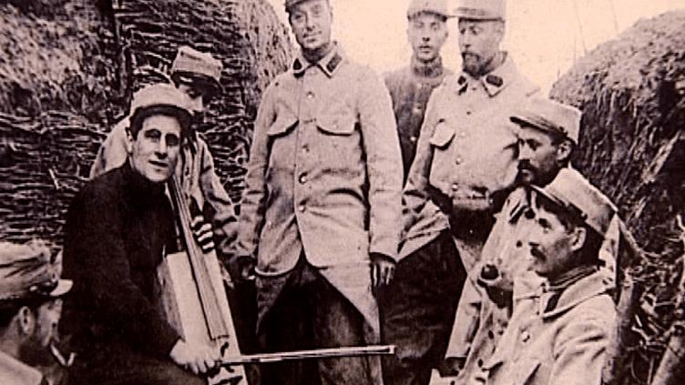 Pour oublier la dureté de la guerre et des tranchées, les soldats ont rivalisé d'ingéniosité pour créer à partir de gourdes, de casques et de bouts de bois, des instruments de musique  (France 3 Culturebox)
