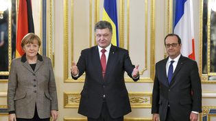 La chancelière allemande Angela Merkel, le président ukrainien Petro Poroshenko et le président français François Hollande, le 5 février 2015 à Kiev (Ukraine). (MYKOLA LAZARENKO / PRESIDENTIAL PRESS SERVICE / AFP)