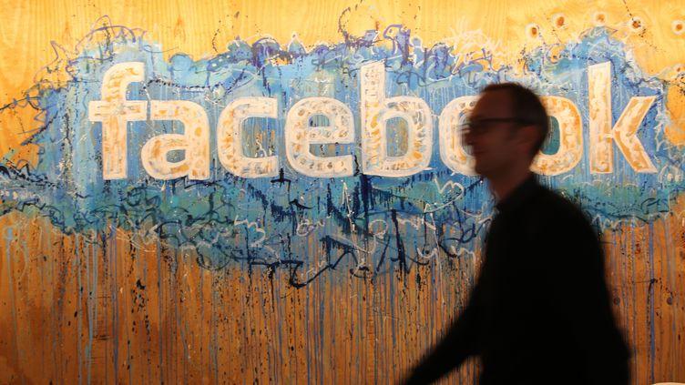 Le logo de Facebook au siège de la compagnie à Dublin (Irlande), le 22 octobre 2015. (CHRISTOPH DERNBACH / DPA / AFP)