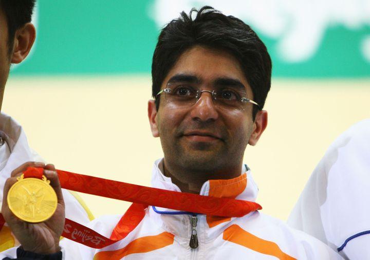 Le tireur indien Abhinav Bindra brandit sa médaille d'or remportée dans l'épreuve de tir à la carabine à 10 mètres aux Jeux olympiques de Pékin (Chine), le 11 août 2008. (JEFF GROSS / GETTY IMAGES ASIAPAC)