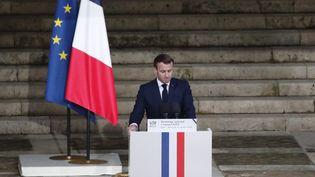 Emmanuel Macron lors de son discours en hommage à Samuel Paty, le 21 octobre 2020 dans la cour d'honneur de la Sorbonne, à Paris. (FRANCOIS MORI / POOL / AFP)